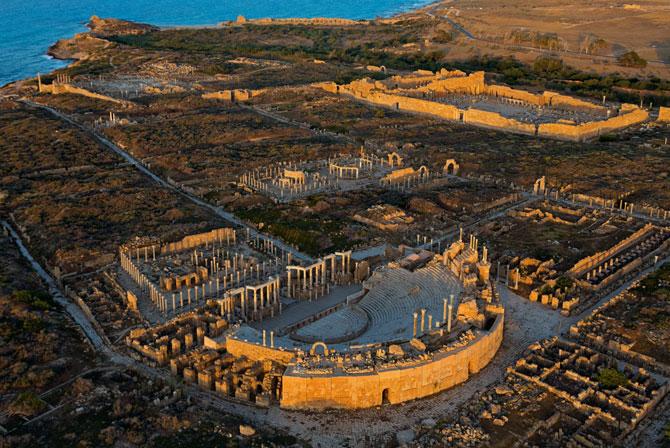 Vista aérea de las ruinas de Leptis Magna, con el anfiteatro en primer término (Foto: National Geographic)